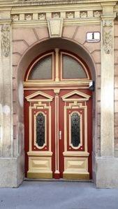 Eingangsportal nach Sanierung