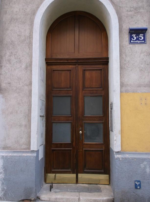 Eingangstür nach Sanierung